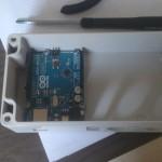 Kastje lasergesneden en microcontroller geplaatst